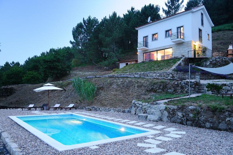 Schemering, de villa en het zwembad prachtig verlicht