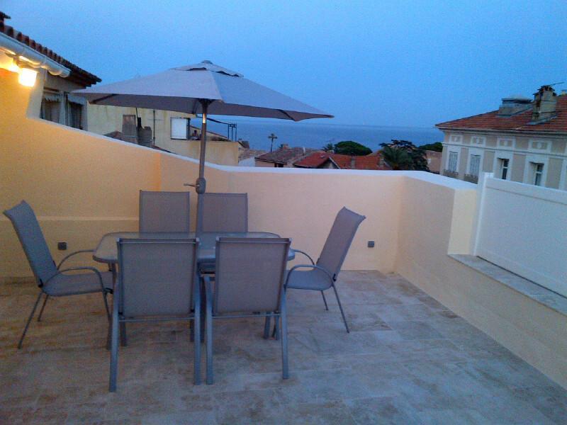 30 m2 Terrasse mit Meerblick, ideal für ein Abendessen mit Familie und Freunden