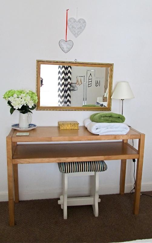 Table de chêne vinaigrette/console avec tabouret vintage