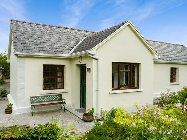 HAWTHORN FARM COTTAGE, ground floor, open plan, pet-friendly, garden, on, vacation rental in County Sligo