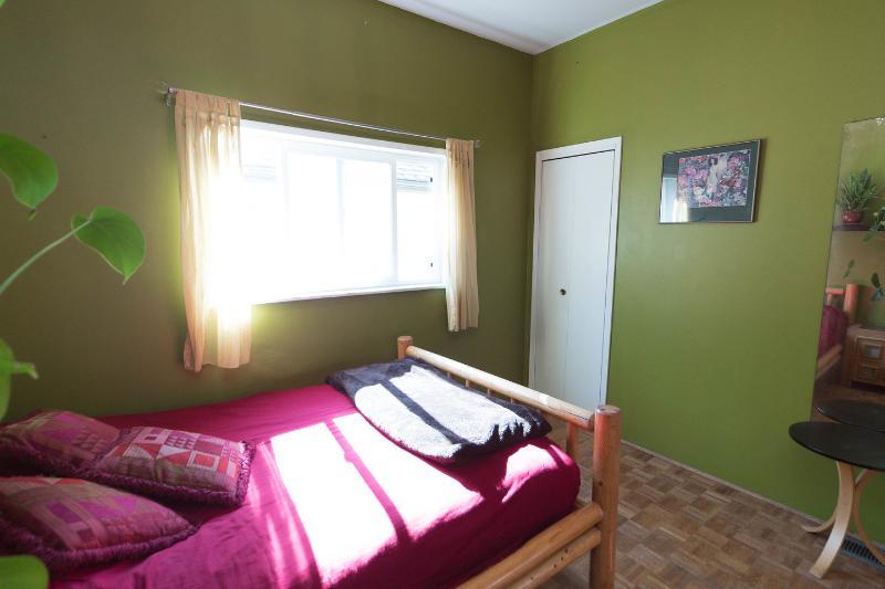 The Queen Bedroom Green