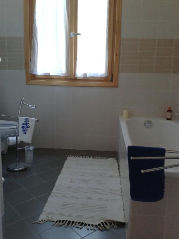 Plus grande salle de bains avec douche.