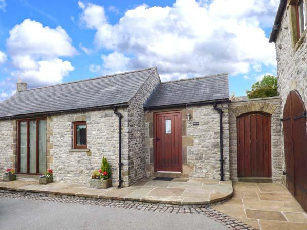 SWALLOW BARN, pet friendly, character holiday cottage, with a garden in, holiday rental in Millers Dale