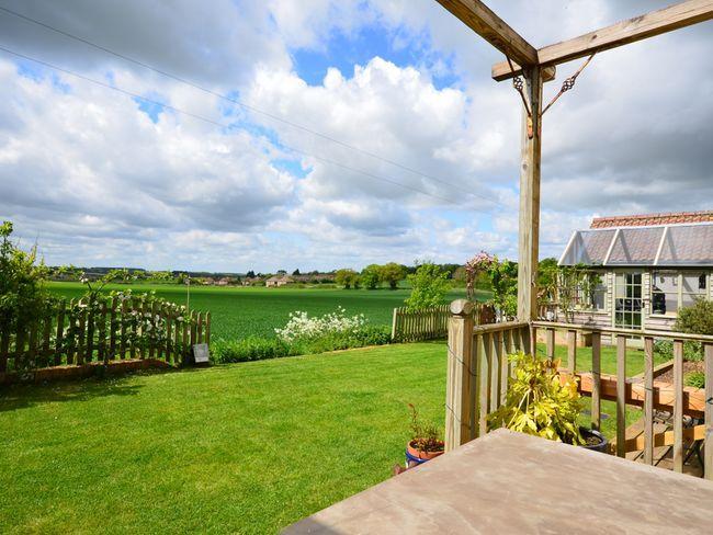 Gran jardín con vistas al campo