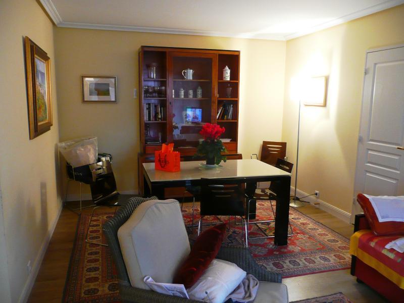 Séjour salle à manger salon, balcon terrasse derrière, hall et cuisine à gauche, chambres à droite.