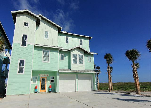 Beautiful BEACHFRONT home! Private pool! Golf Cart accessible boardwalk!, alquiler de vacaciones en Port Aransas