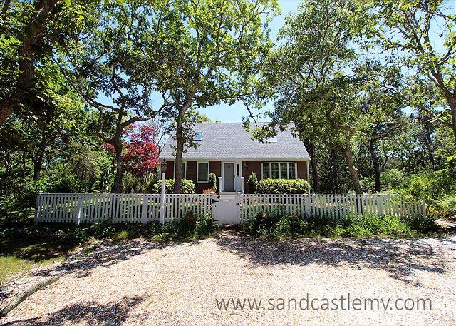 CHARMING CAPE IN ISLAND GROVE THAT IS TRUE VINEYARD!, holiday rental in Edgartown