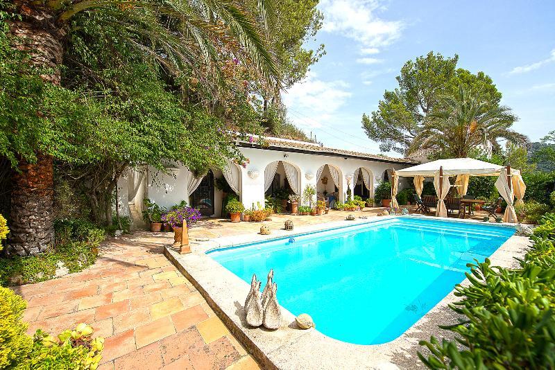 Poolside Villa with wonderful sea views, location de vacances à Puigpunyent