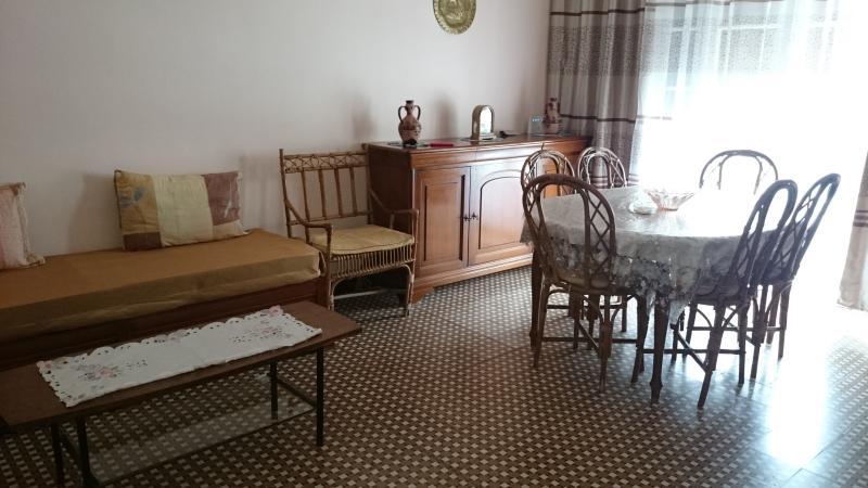 Une table en teck et chaises en bambou