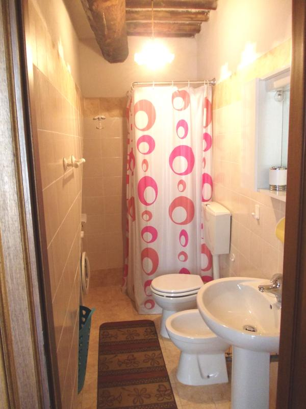 Bagno completo con doccia, lavatrice, bidet, rustico