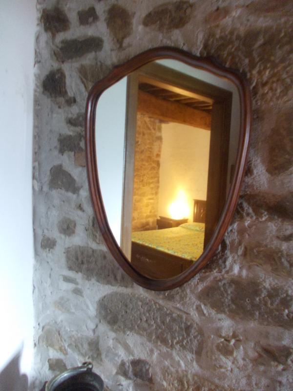 Specchio ingresso con riflessa la camera 1