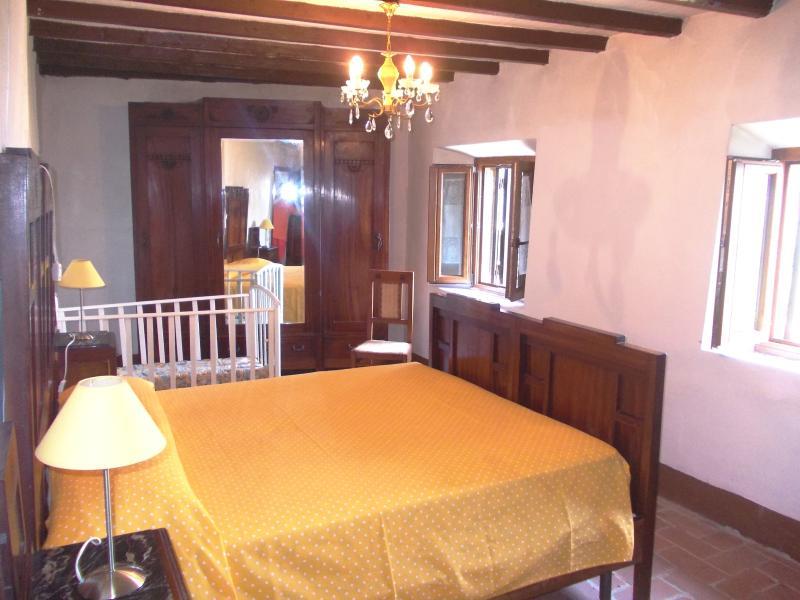 Camera matrimoniale 3 primo piano completa di armadio