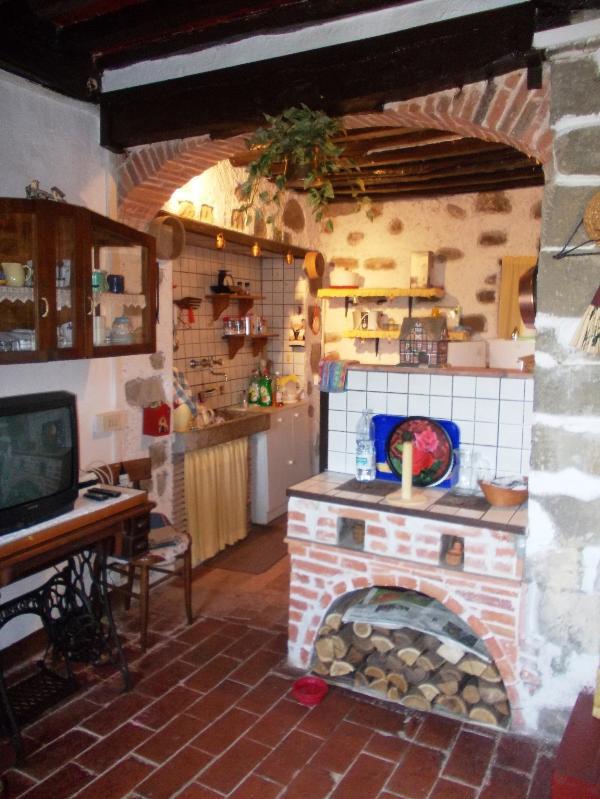 Cucina zona cottura tutto molto rustico ma ben tenuto