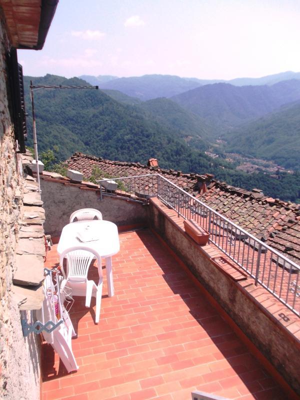 Terrazza panoramica con tavolo, sedie, sdraio e fantastica visuale sulle valli di Bagni di Lucca