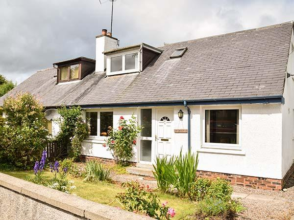 COTTAGE FIA, open fire, WiFi, Sky TV, private lawned garden, in Marybank, Ref, vacation rental in Cononbridge