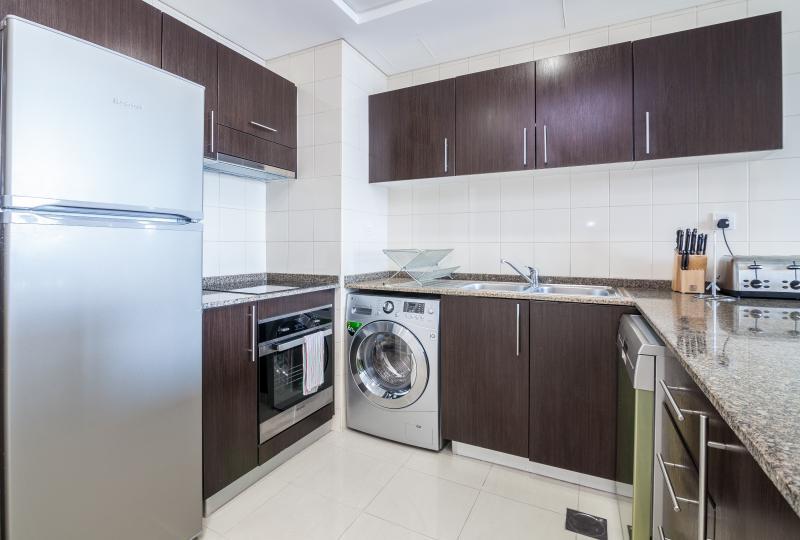 Cozinha totalmente equipada com f/congelador, fogão, microondas, máquina de lavar louça e máquina de lavar.