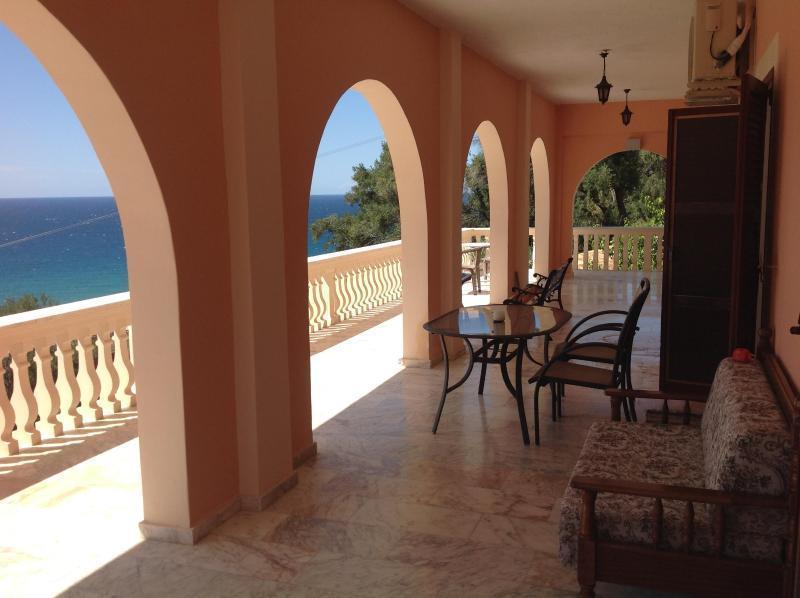 Panoramic Sea View 3 bedroom Aprtm near beach for 4 - 11 p, location de vacances à Ano Garouna