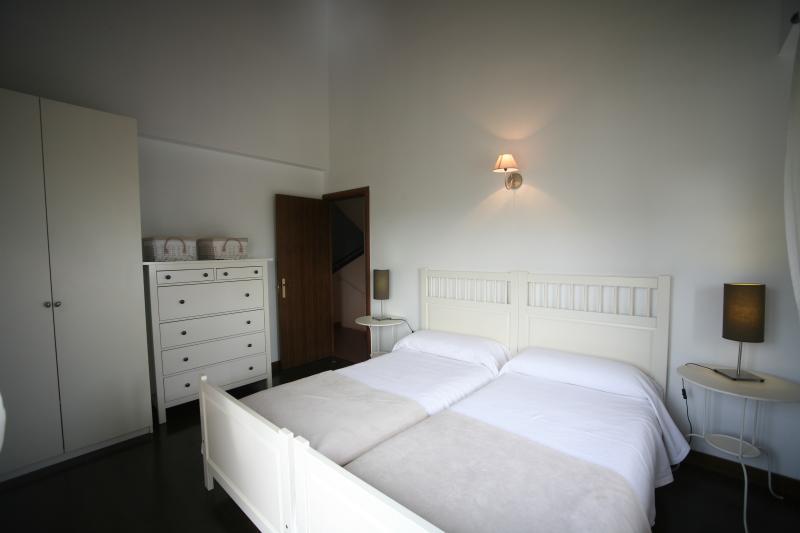 Dormitorio con vistas al campo de golf y al club social