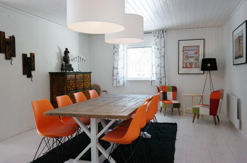 Eetkamer met tafel en stoelen voor 8