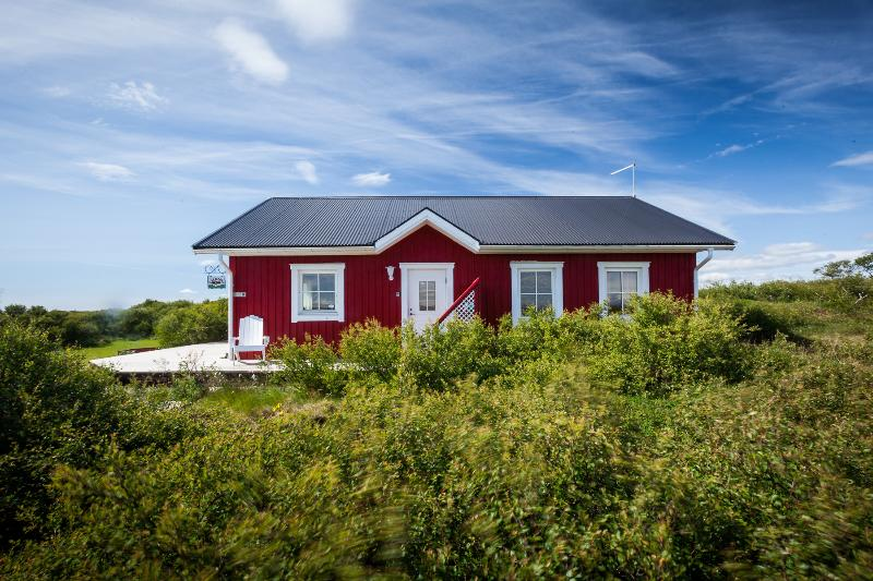 Beautiful cabin with a  panorama mountain view, near Snaefellsnes, holiday rental in Bifrost