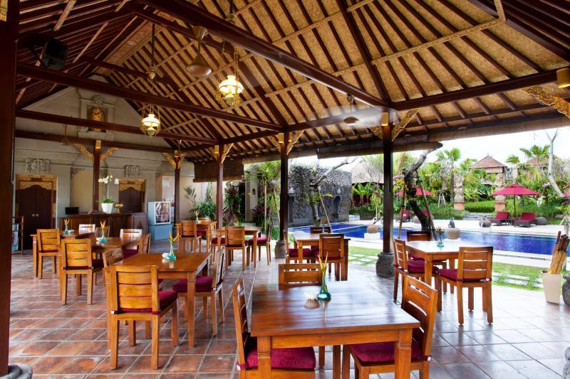 Le petit déjeuner zone par la piscine face à la piscine et sur le terrain de riz paddy et le jardin