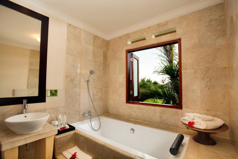 Salle de bain Batuan avec baignoire et d'une douche et une douche chaude