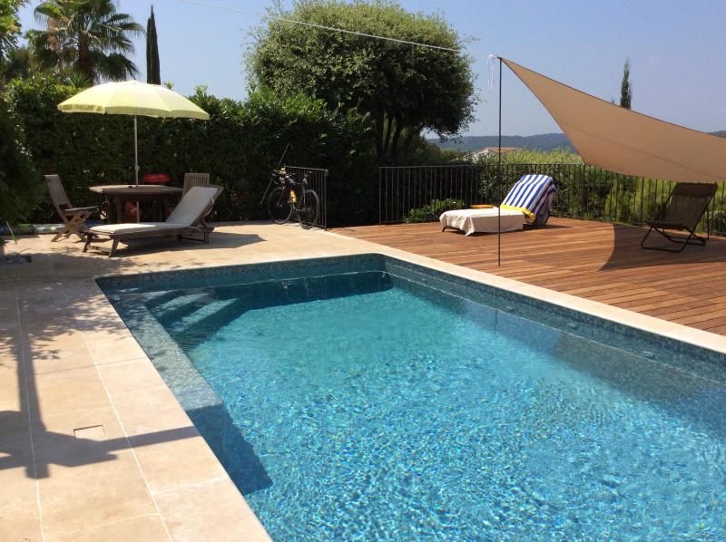 Villa med pool, tennis  och ursikt över bergen, location de vacances à Valbonne