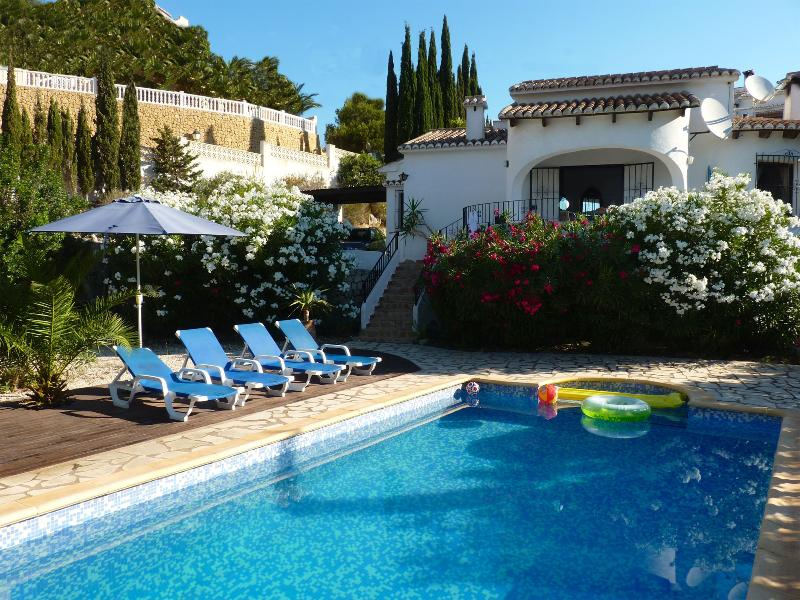 Casa Carpe Diem is detached, on a large plot, an 8x4 swimming pool, several terraces, lots of green.