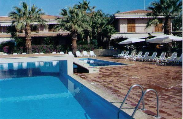 Acireale capomulini bivani in residence piscina for Bivani arredato catania