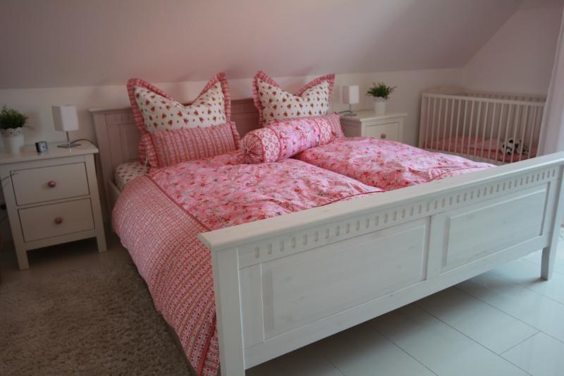 Romantisches Schlafzimmer mit edler Landhausbettwäsche