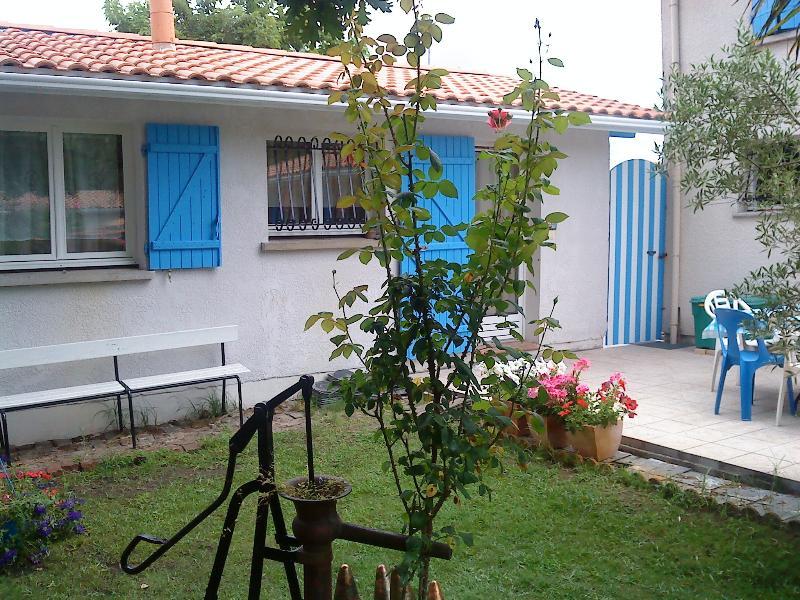 Maisonnette bleu côté jardin