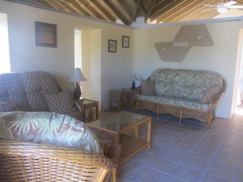 Sala de estar, sofá, loveseat, silla, Mesas y estanterías.