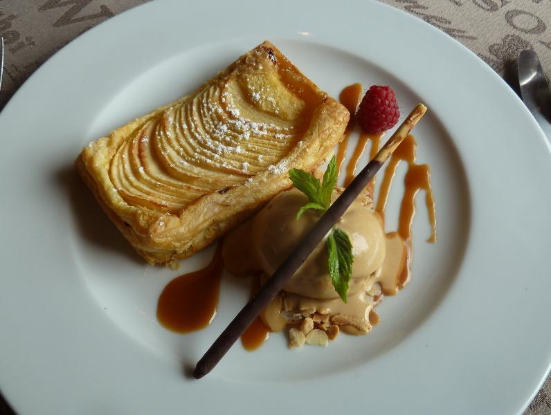 Tarte fine tiède aux pommes et glace caramel - L'Auberge du Manoir Saint Pôtan 5km