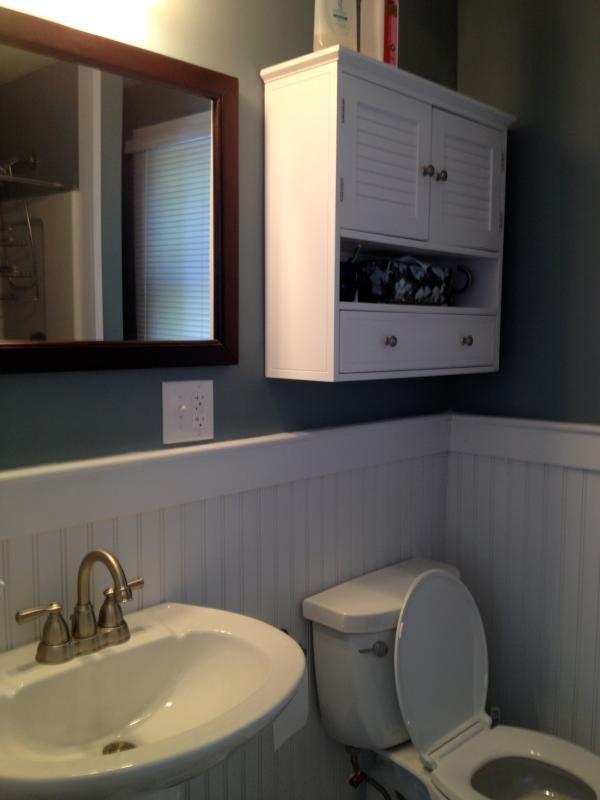 El baño incluye una ducha de buen tamaño con estante para sentarse.