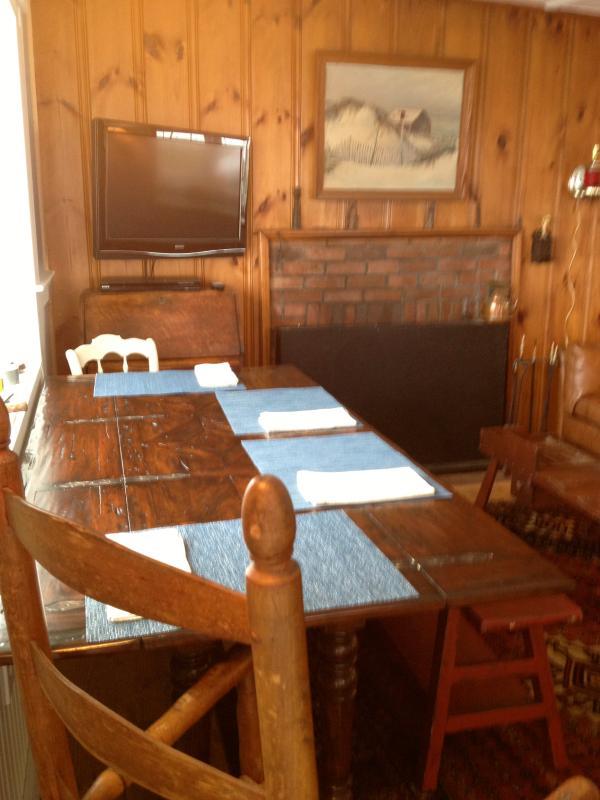 La mesa de comedor de mariposa puede ser desplegada, hasta seis asiento o permanecer escondido por dos.