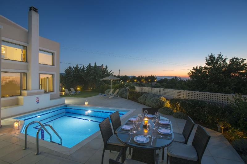 Relaxation at Pool Villa Irini, 18km from Rethymno. Near taverns, 5km from beach, alquiler de vacaciones en Pikris
