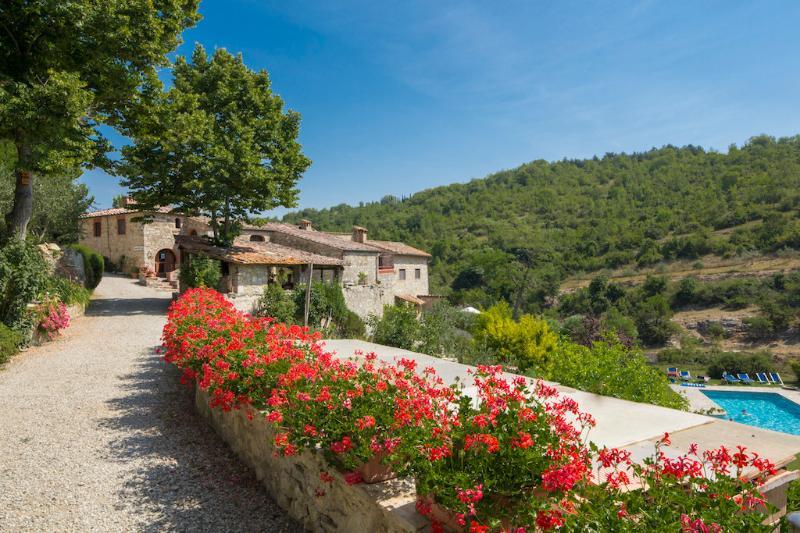 'Casa Pineta' Authentic  4BR farmhouse community pool) near   siena + florence, holiday rental in Siena