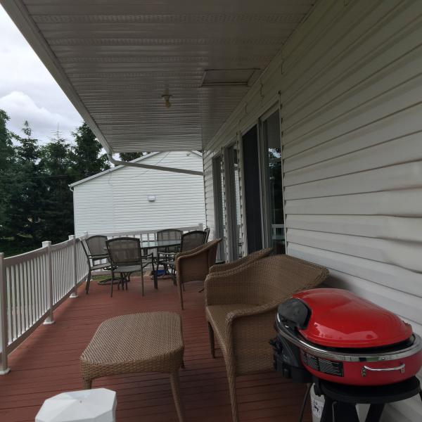 Balcon con barbecue propano e set patio.