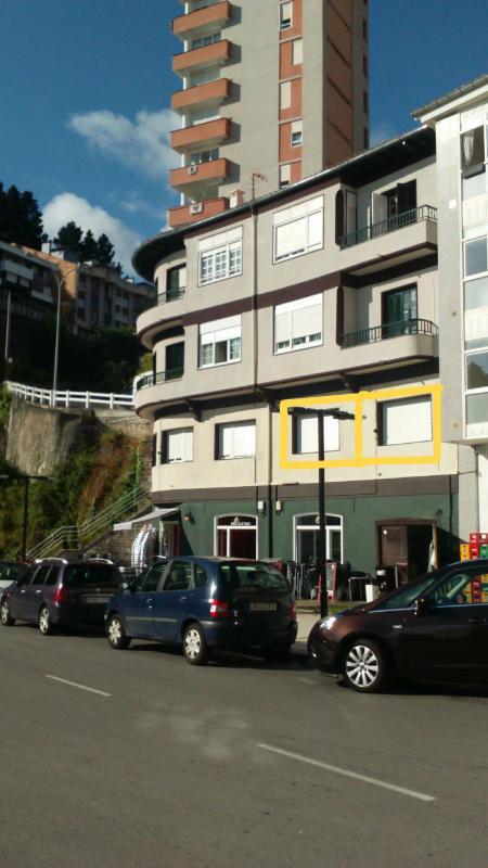 Fachada al puerto: ventanas enmarcadas en amarillo son del apartamento