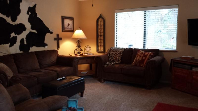 Comfortable living room with 50' flat screen TV with DirecTV and Blu Ray player
