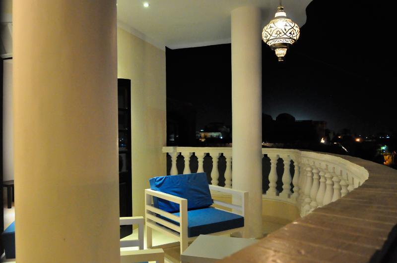 Sièges de salon confortable sur la véranda avec vue sur Nil