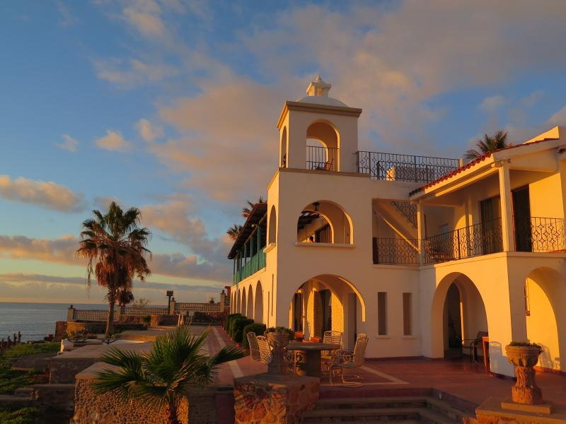 Am frühen Morgen Sonnenaufgang plantschen die villa