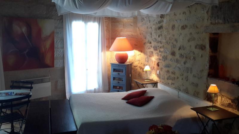 Joli studio et sa terrasse à Uzes, vacation rental in Uzes