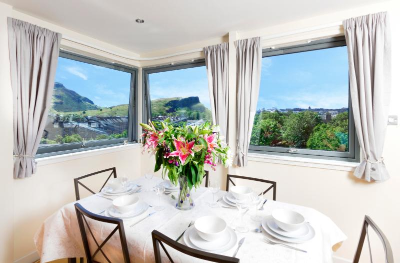 Impressive panoramic living Rm views of Holyrood Park. Queen's residence is just 5mins walk!