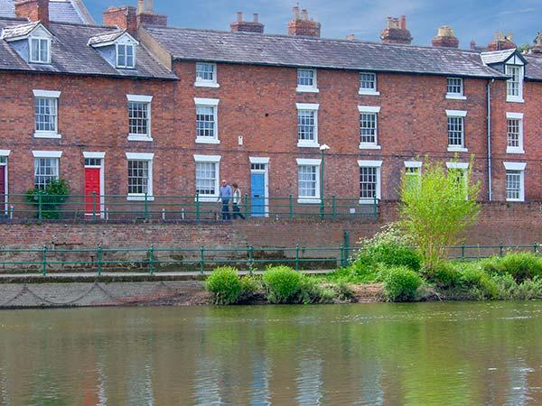 MARINE TERRACE, overlooking the River Severn, three king-size double bedrooms, location de vacances à Upton Magna
