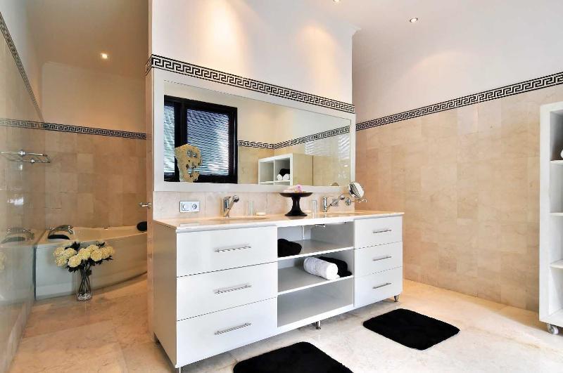 Main bathroom with Jacuzzi