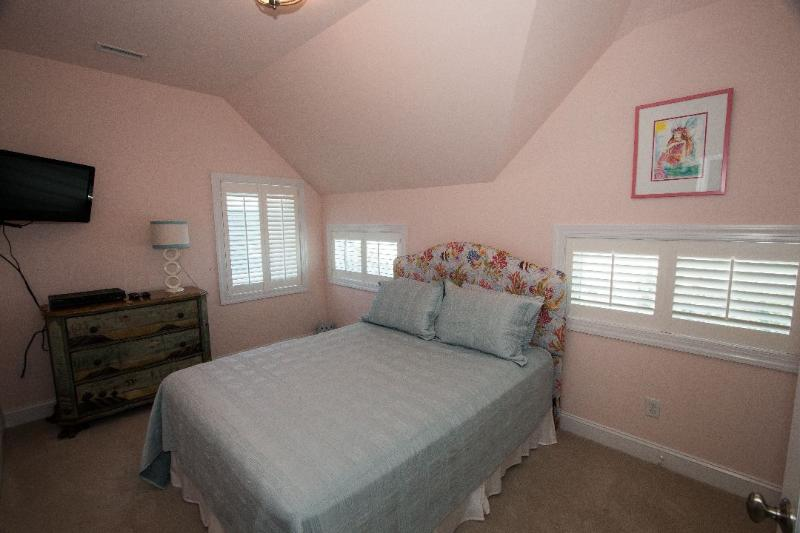 Queen Bedroom (Top floor)