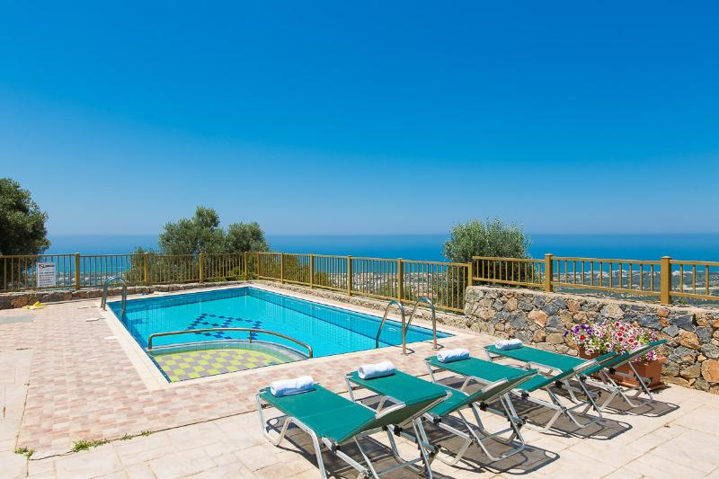Maroulas Villa Ioanna, panoramic view and pool!, location de vacances à Maroulas