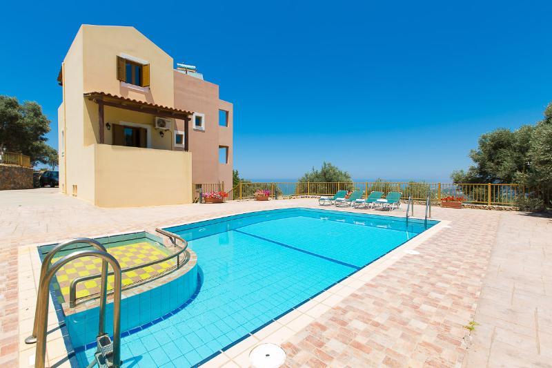 Terraza exterior y piscina de la Villa!