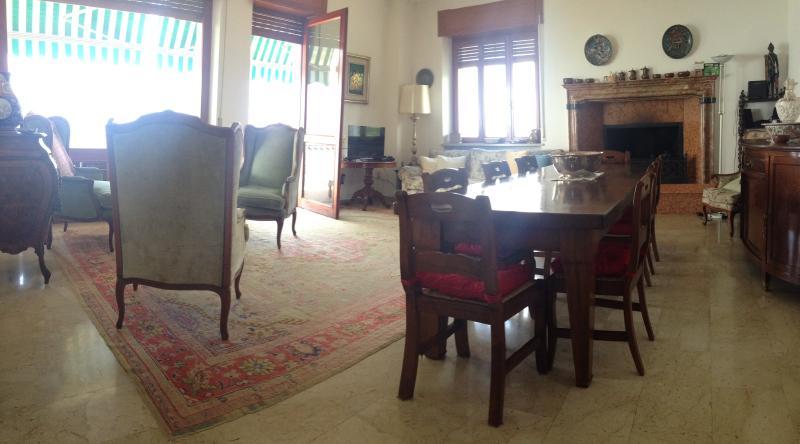 Étage de la salle de séjour avec une grande cheminée en marbre rouge sculpté
